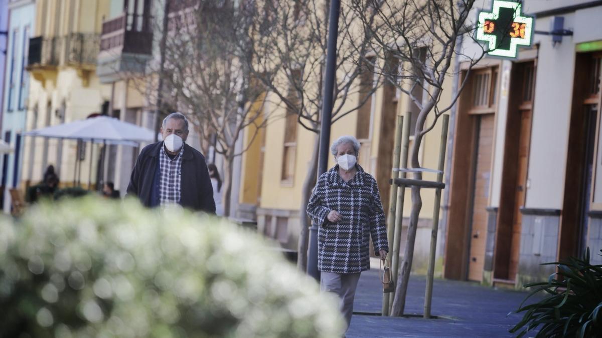 Dos personas mayores pasean por La Laguna.
