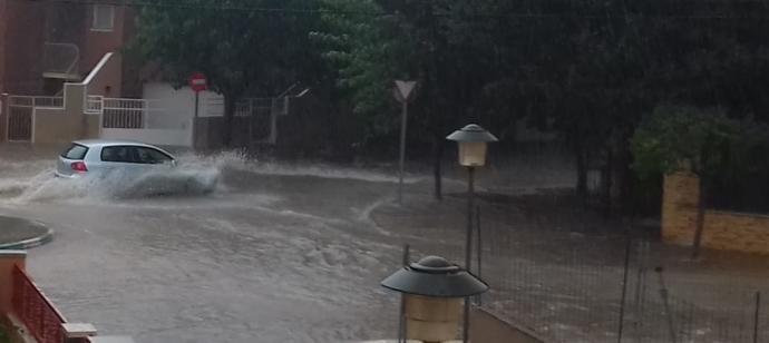 Una calle anegada por la lluvia de esta tarde en Sax