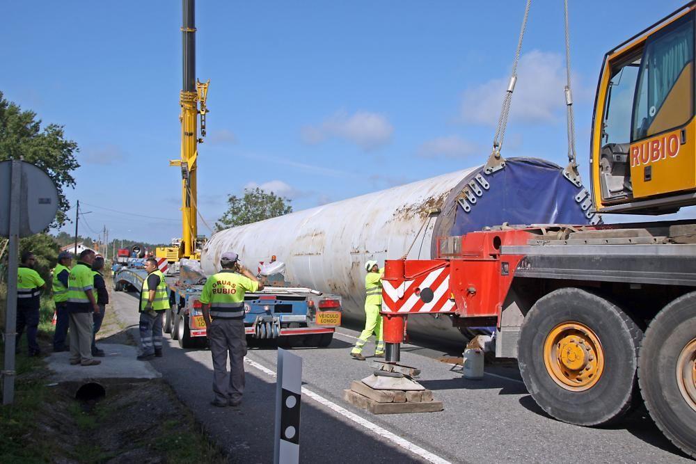 Cortan durante horas la N-541 para retirar el pilar del eólico que cayó por la pendiente lateral. Fue necesario utilizar dos grúas de gran tonelaje para poder levantar la pesada columna y depositarla