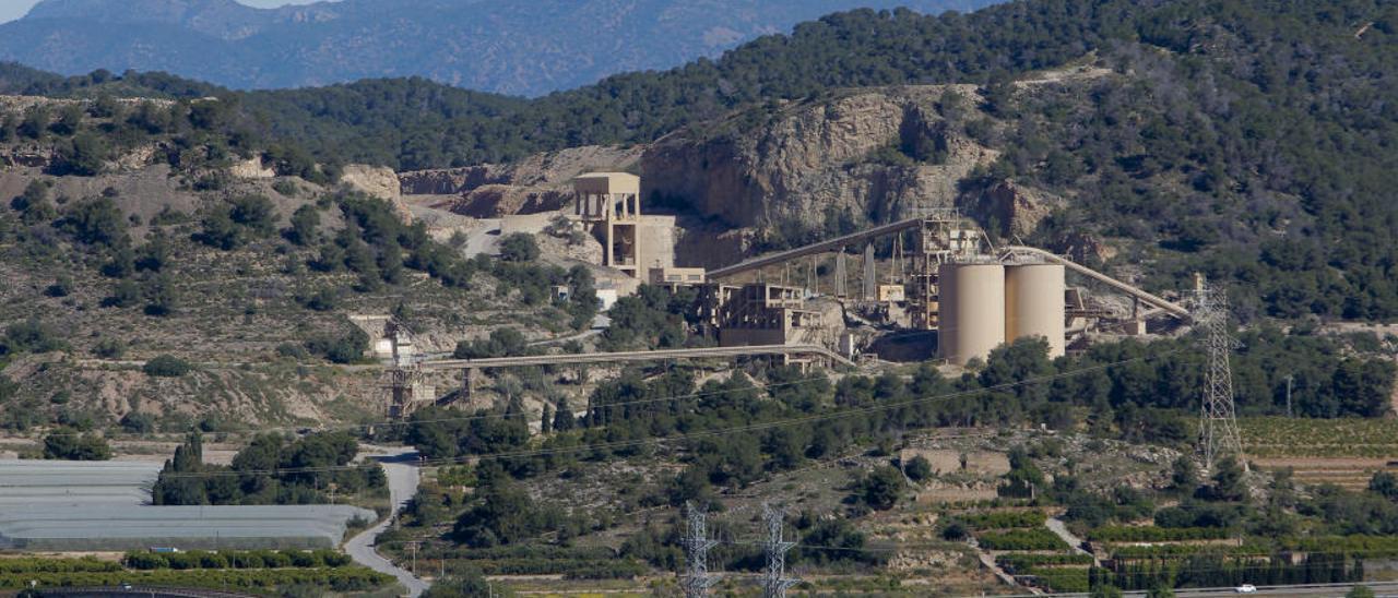 Vista de la cantera de Lafarge, en la montaña de Romeu.