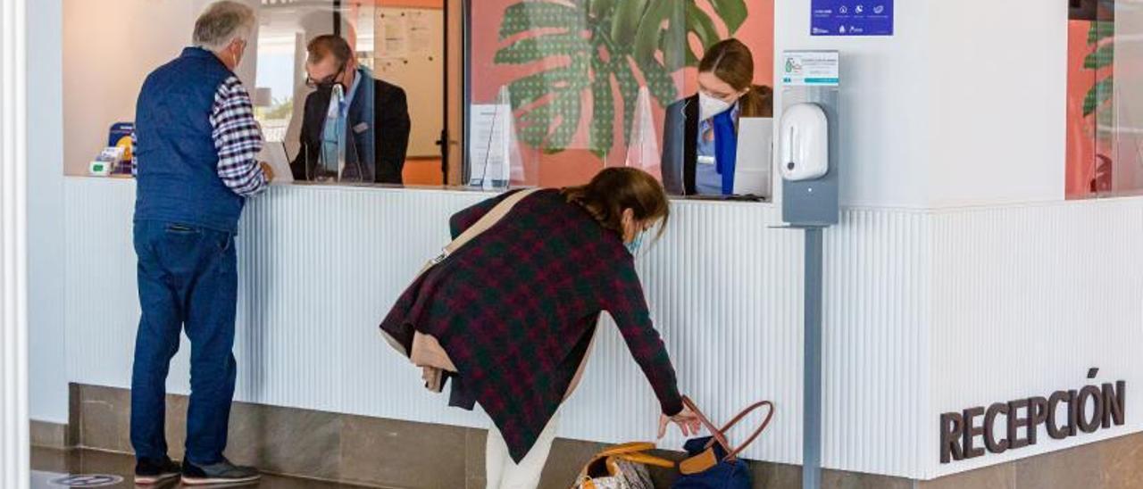 Una pareja de turistas registrándose en un hotel de Benidorm esta primavera.