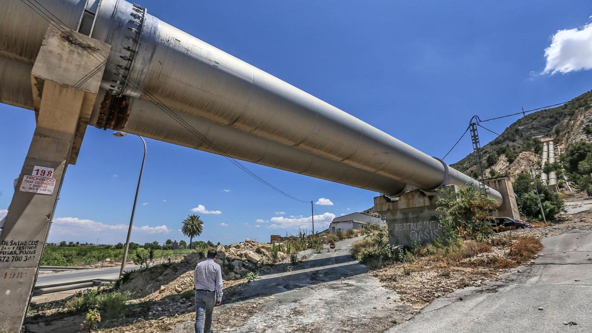 Tubos del trasvase a su paso por Orihuela