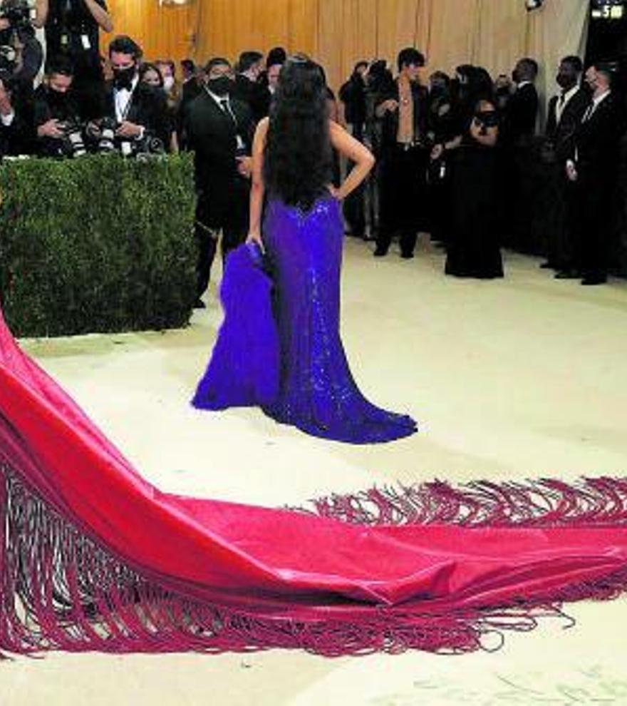 Rosalía rompe en el MET con rojo mantón