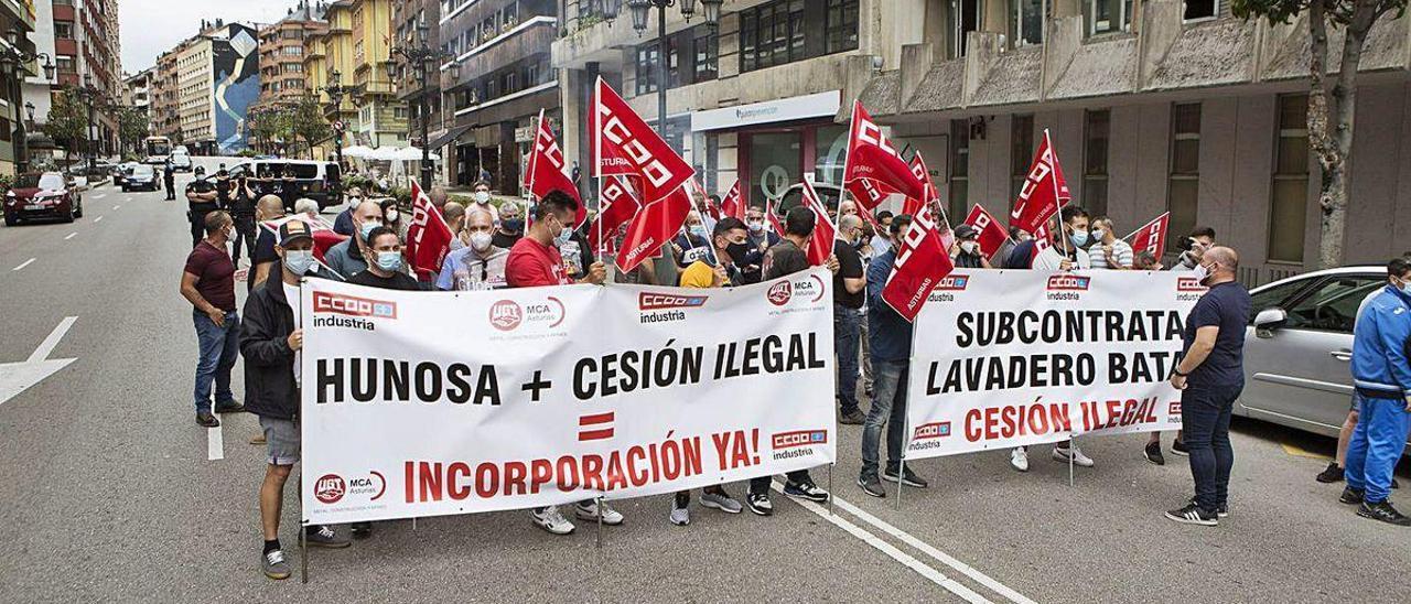 La protesta de los trabajadores de Imsa ante la sede de Hunosa.
