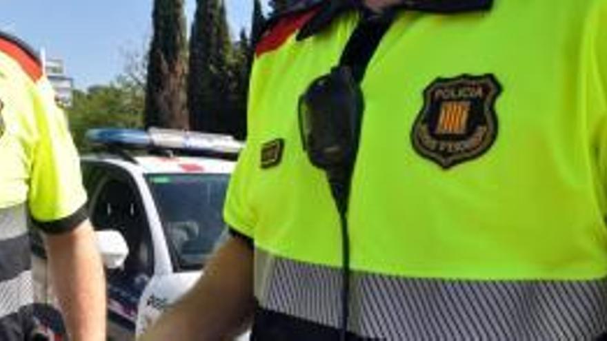 Un home roba 128 ulleres d'una òptica de Figueres trencant l'aparador