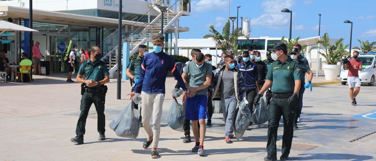 Traslado de los migrantes llegados en patera a Formentera hasta Ibiza durante la jornada de ayer.
