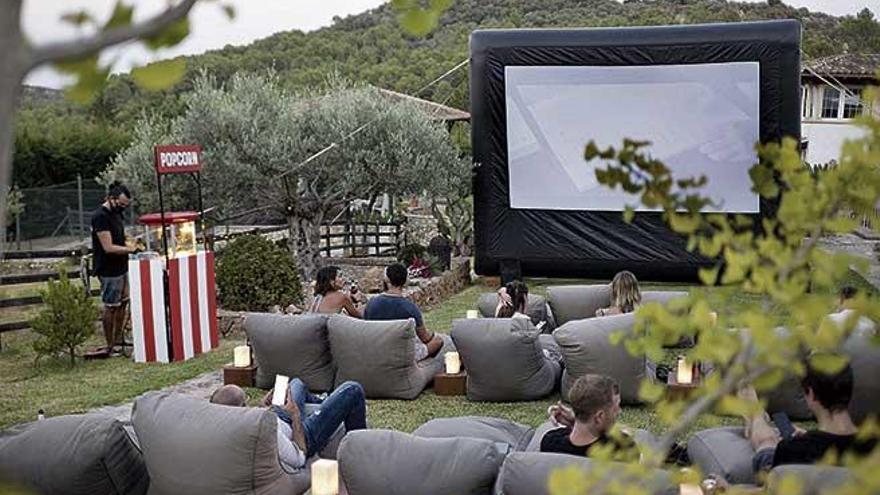 Montar un cine con pantalla grande en el jardín de casa