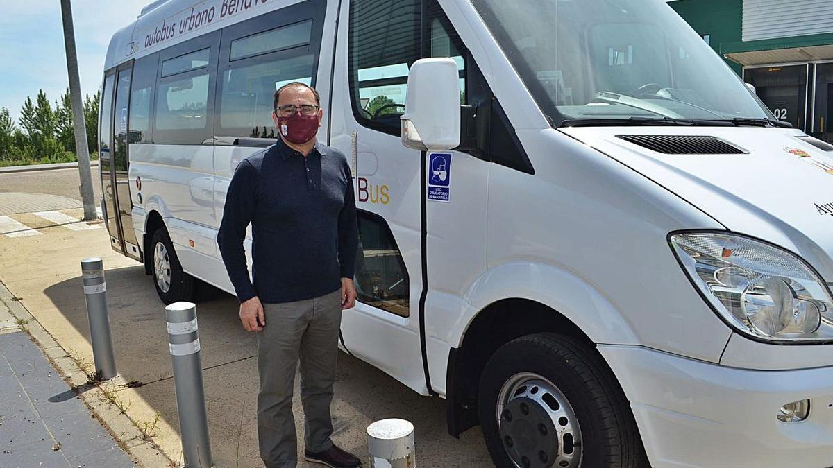 El concejal de Seguridad Ciudadana, Fernando Marcos, junto al autobús urbano. | E. P.