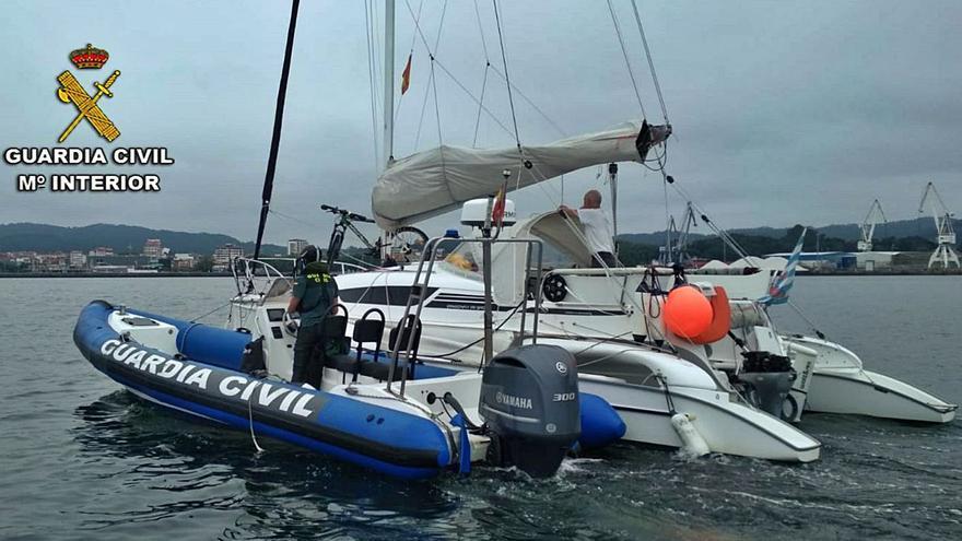 La Guardia Civil remolca un catamarán que quedó sin motor en la ría