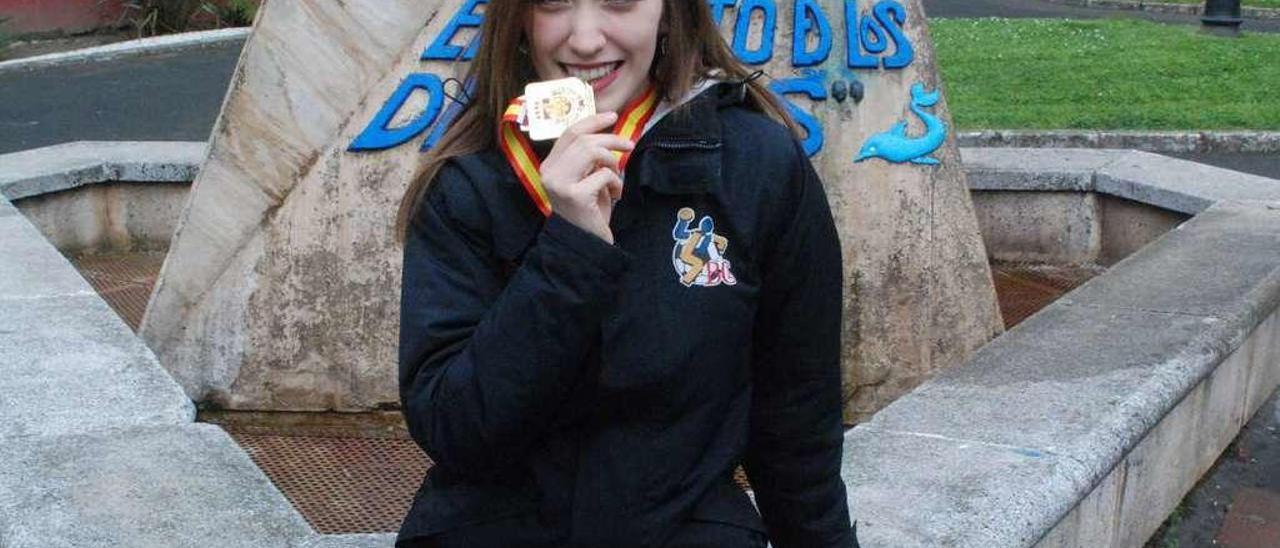 Paula Crespo, en Candás, con su medalla.