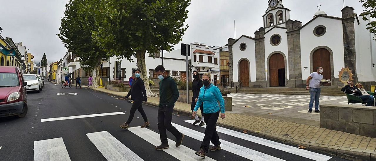 Vecinos de Valleseco en la plaza y calle principal del pueblo. | | ANDRÉS CRUZ