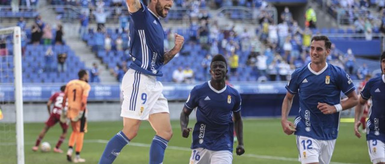 Borja Bastón festeja su gol junto a Obeng y Dani Calvo.   Irma Collín