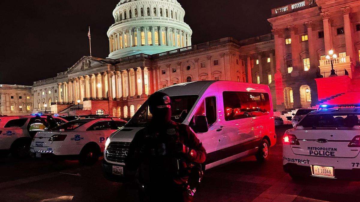 Efectivos de seguridad frente al Capitolio tras el asalto del 6 e enero.