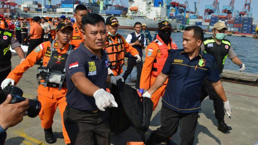 Un avión se estrella con 188 ocupantes en Indonesia