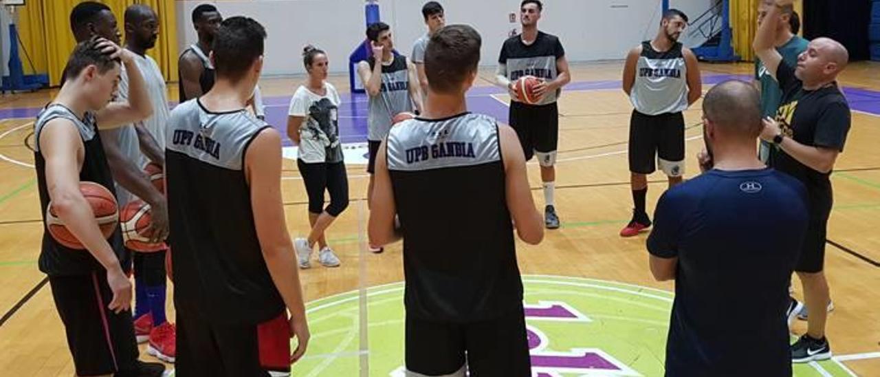 El técnico instruye al equipo antes del primer entrene de pretemporada el lunes en el pabellón.