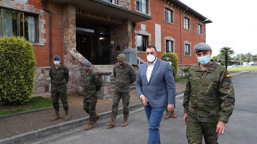 """Barbón aplaude en Siero el trabajo de las Fuerzas Armadas: """"Tener el Acuartelamiento Cabo Noval es un lujo para Asturias"""""""