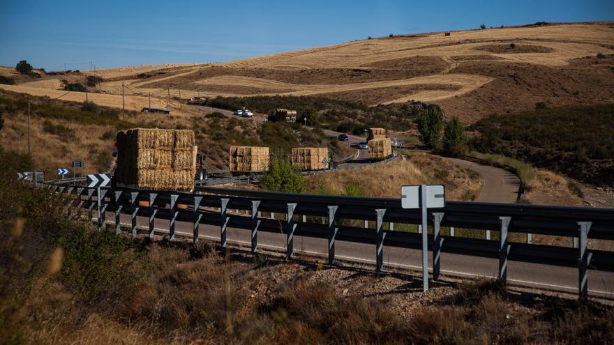 GALERÍA | La caravana de paja por el incendio de Lober, en 15 imágenes