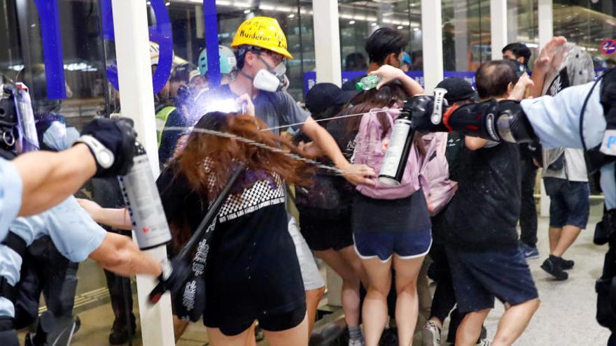 Policías usan gas pimienta en Hong Kong.