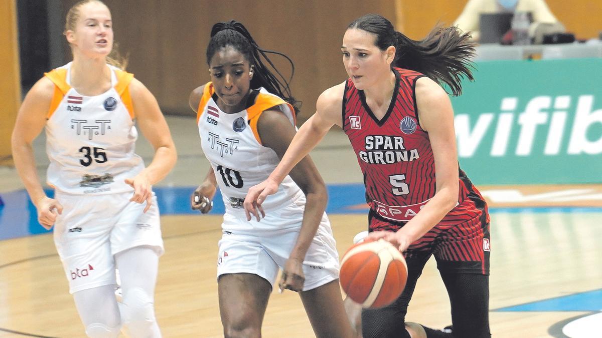 Binta Drammeh perseguint Vasic en un partit a Fontajau amb el Riga