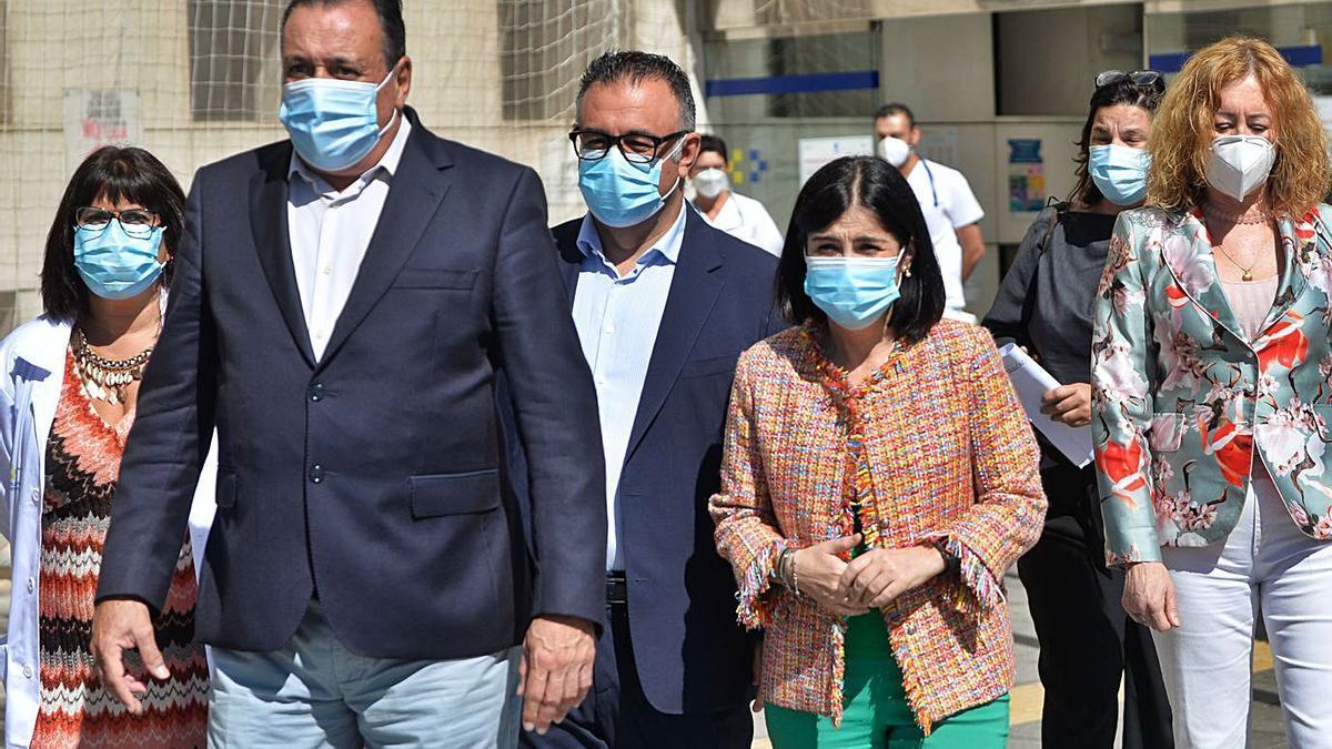 Carolina Darias junto a Conrado Domínguez (c) y Blas Trujillo en el Hospital Insular de Las Palmas.