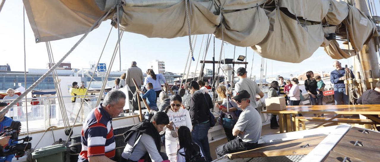 Los visitantes subierona a bordo de los navíos para contemplar las embarcaciones.