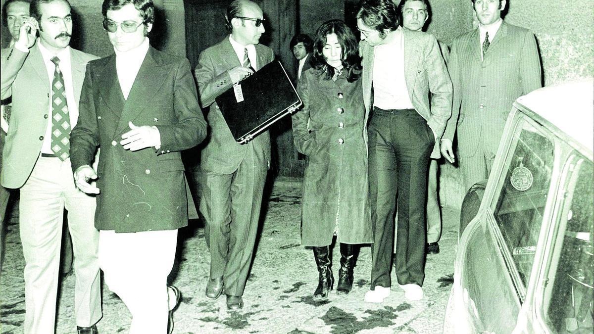 La pareja de artistas formada por Lennon y Ono, a la salida de los juzgados.