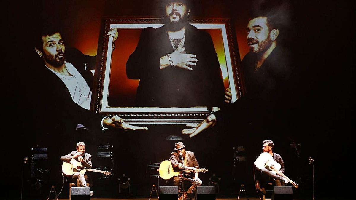 """Kutxi Romero, con Lorente y """"El Pete"""", en un momento de su concierto de ayer en la Laboral.   Juan Plaza"""