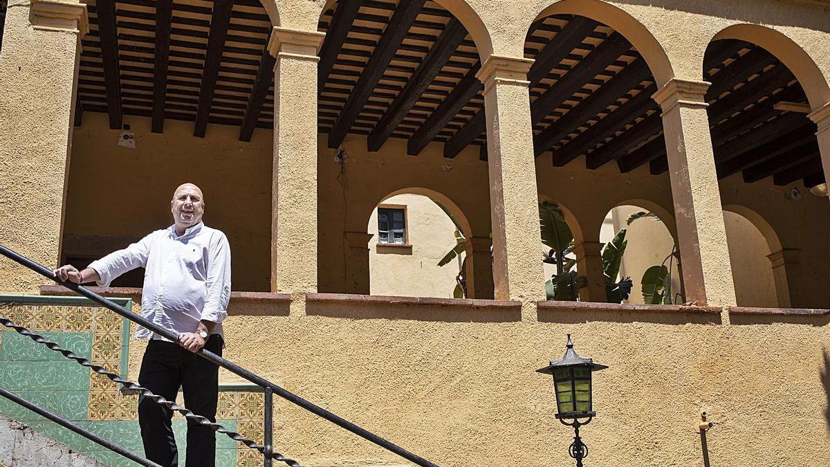 L'alcalde de Borrassà, Ferran Roquer, ensenya Cal Governador | EDUARD MARTÍ
