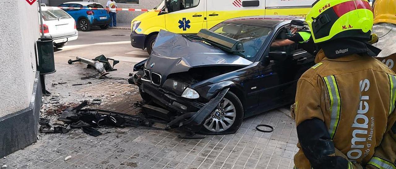 Imagen del vehículo estampado contra la pared en Avenida de Valencia, Alcoy