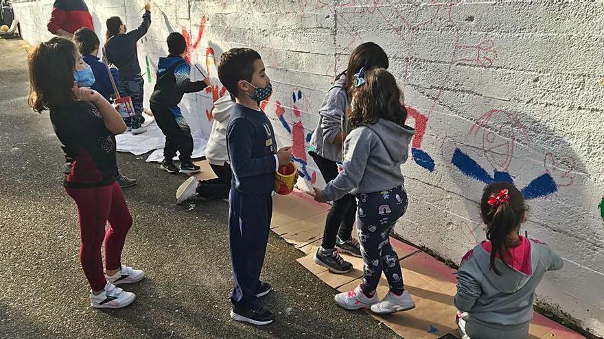 Escolares de Campo Lameiro pintan un mural por la igualdad y frente a la violencia