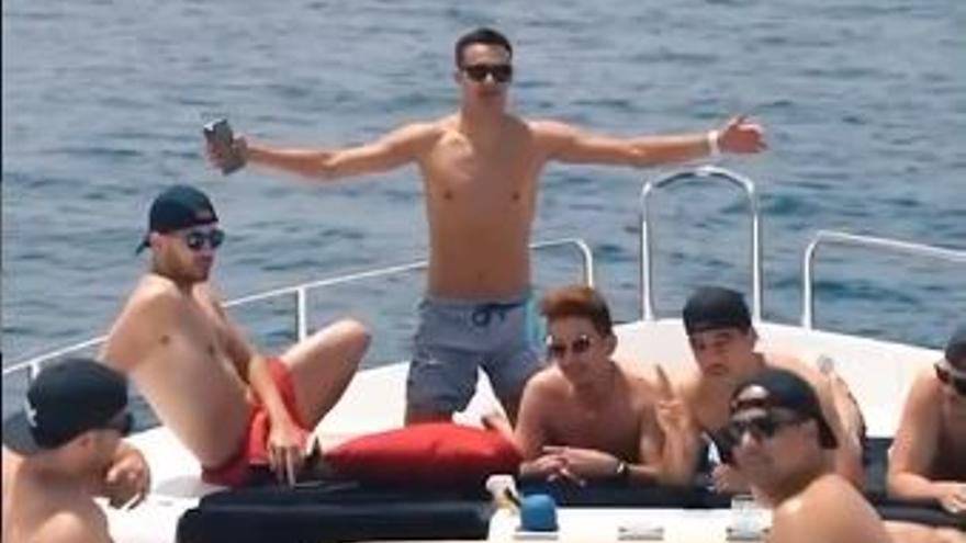 El futbolista Sergio Reguilón presume de vacaciones de lujo en Ibiza