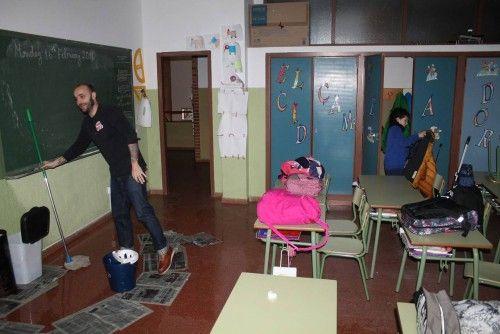 temporal Profesor fregando y alumno recogiendo2.jpg