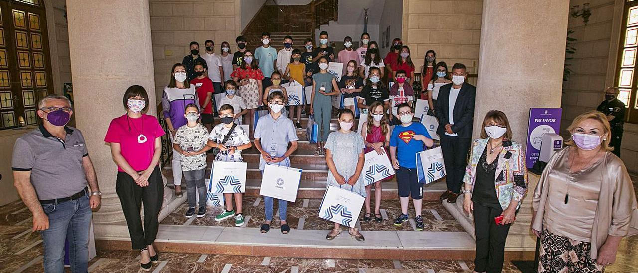 Representantes del Ayuntamiento de Gandia con niños y niñas, el pasado viernes. | ÀLEX OLTRA