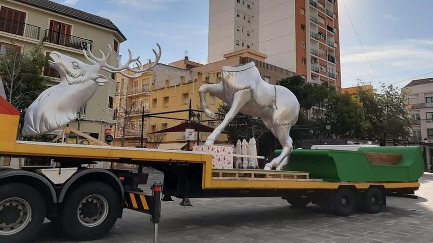 """Así se ha desplantado la escultura """"fallera"""" de Palacio y Serra en Gandia"""