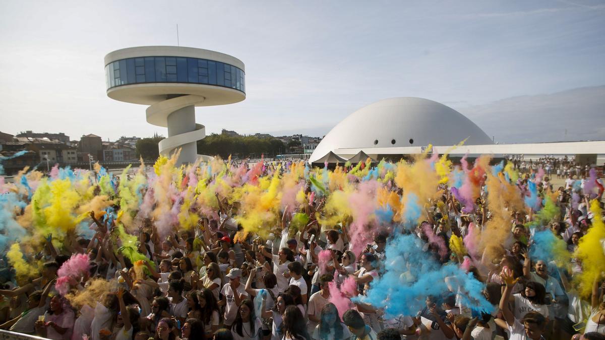"""Participantes en la """"holi party"""" celebrada en la explanada del Centro Niemeyer"""