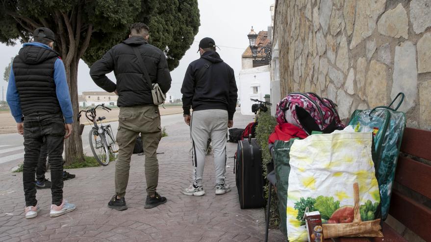 Desalojan a los 25 migrantes sin techo de la nave abandonada de Tavernes Blanques