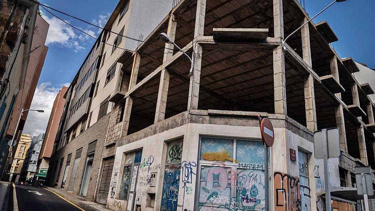 Edificio abandonado en la calle Miraflores, en Santa Cruz de Tenerife.