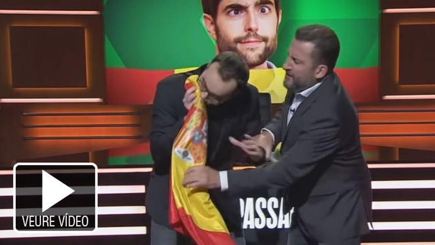 Jair Domínguez esnifa la bandera espanyola a TV3
