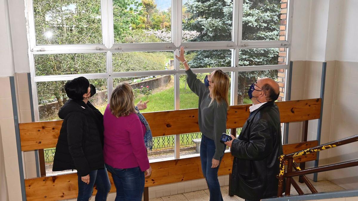 La actuación consistirá en el relevo de las carpinterías y vidrieras exteriores en los edificios de primaria y secundaria.