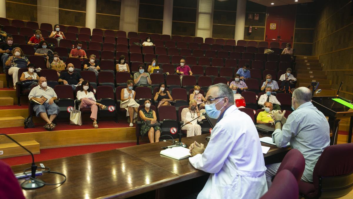 Reunión de profesores y expertos para resolver dudas sobre el covid