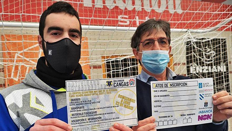 El técnico Dani Malvido y Alberto González con los folletos.    // S. ÁLVAREZ