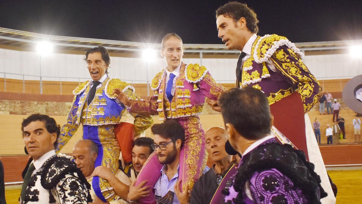 Curro Díaz, Rocío Romero y Finito de Córdoba salen a hombros este martes de la plaza de Montoro.