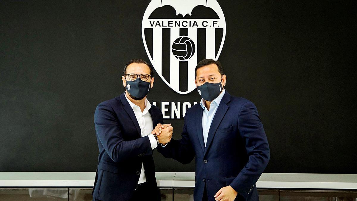 Pepe Bordalás i Anil Murthy es donen la mà, ahir a Mestalla després de signar el contracte.  | LÁZARO DE LA PEÑA/VCF