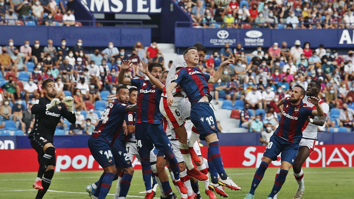 La defensa del Levante UD intenta repeler un saque de esquina de un Rayo que disparó hasta en 22 ocasiones. | J.M.LÓPEZ