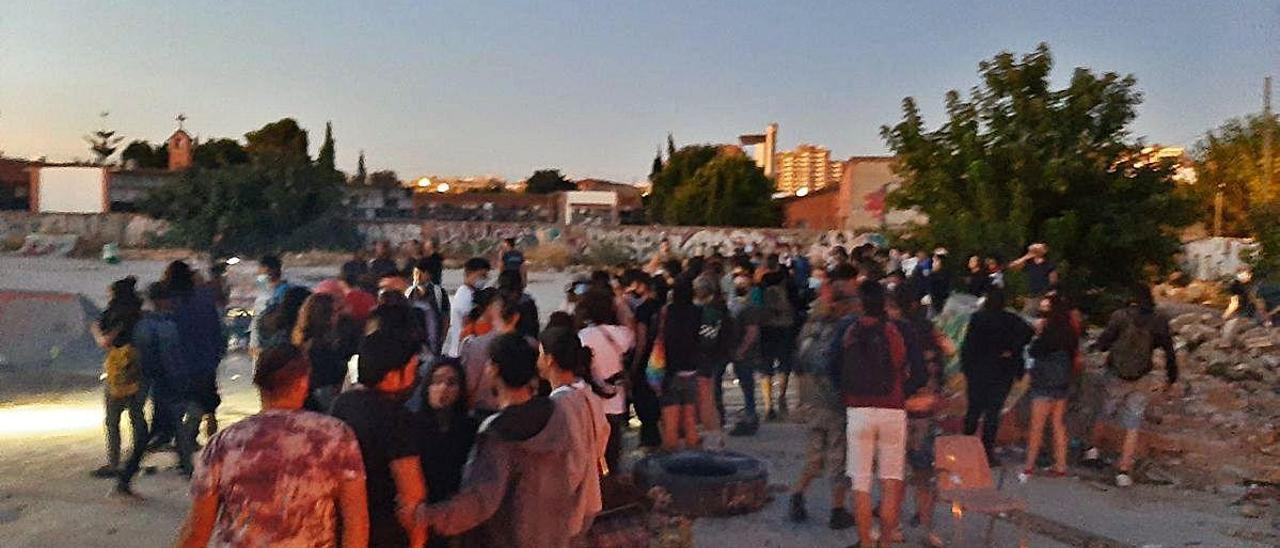 Los agentes llegaron a las siete de la mañana y el descampado estaba lleno de jóvenes.