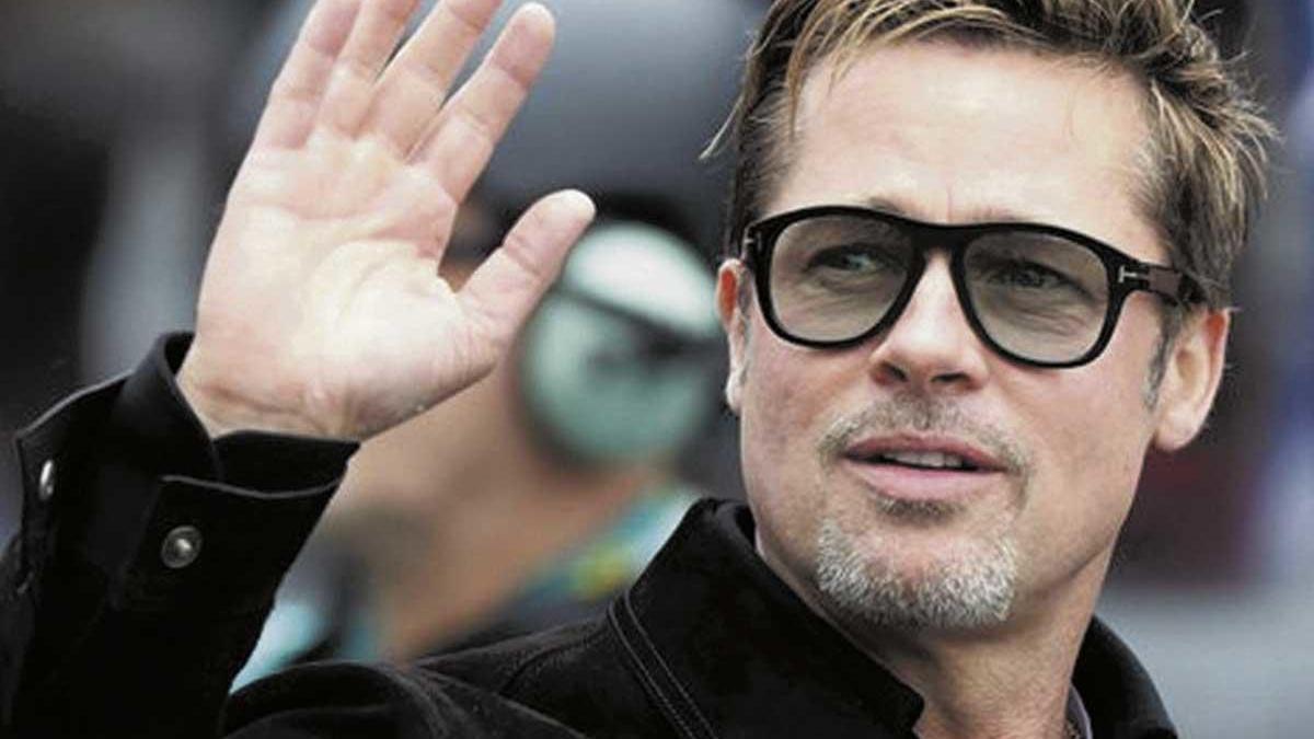 Brad Pitt aparece en público con su nueva novia.