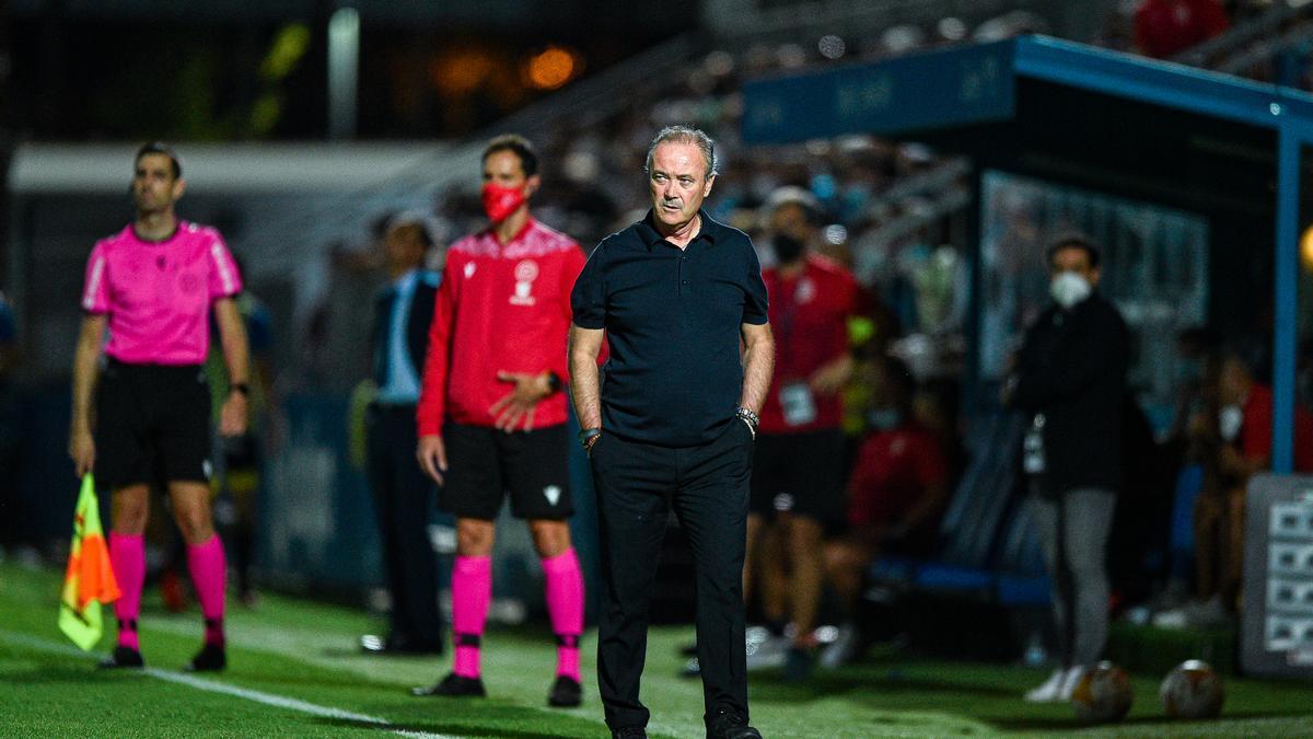Juan Ignacio Martínez observa el partido desde el banquillo del Fernando Torres.