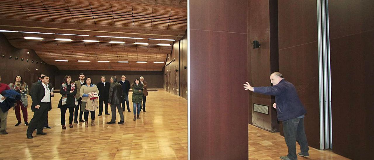 El Gobierno de Gandia, en la fallida «inauguración» del edificio, en agosto de 2018.   XIMO FERRI