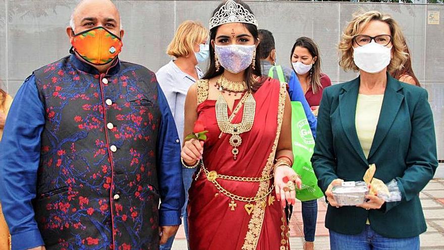 El Club Indostánico del Sur celebra el Diwali con la tradicional entrega de dulces al municipio