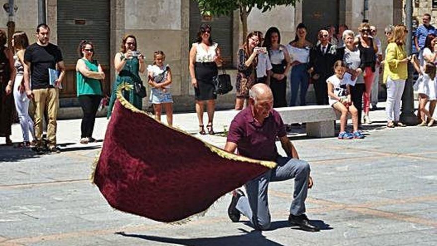 Actos de homenaje a los mayores en Bermillo, acompañados de sus padrinos y madrinas; y el baile de la bandera en su honor.